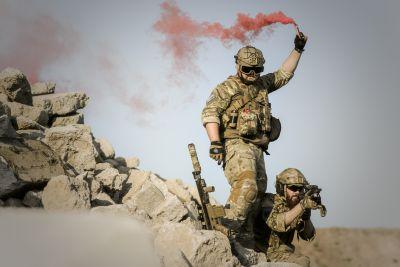 Vojáci s dýmovnicí v poušti