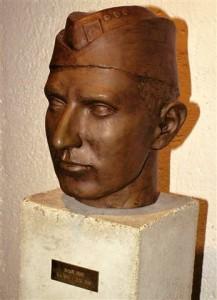 bronzová busta četaře Arnošta Hrada od sochaře Štočka z Brna