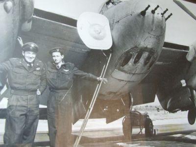 Fotografie ukazuje Hugo Maroma u letounu Mosquito, je to ten udělaný chlapík vlevo