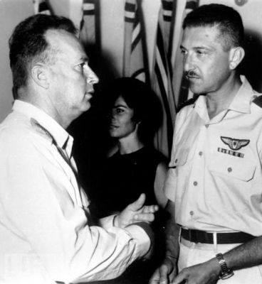 Zde je fotografie Ezera Weizmana jako velitele izraelského letectva generálem Jicchakem Rabinem.