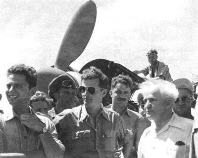 """Uprostřed v tmavých brýlích stojí legenda rodícího se izraelského letectva a to další """"náš"""" pilot Mordechai """"Modi"""" Alon"""