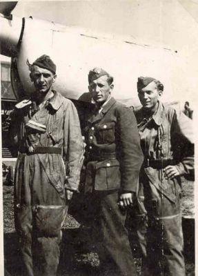 Skupinka příslušníků VOŠLM u cvičného stroje Arado