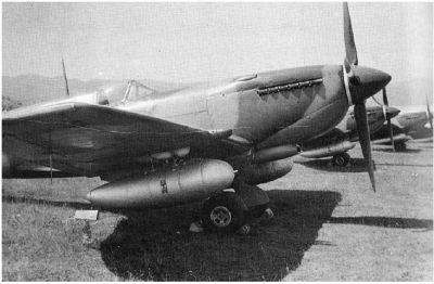 Spitfiry s přídavnými nádržemi z německých letounů