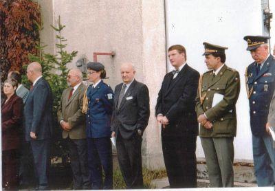 obrázek ukazuje VIP při odhalování desky na letišti Liberec, v září 2002