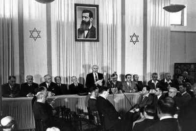 Přednáškový stát muzea v Tel-Avivu. Ben Gurion právě vyhlašuje nezávislost nového státu.