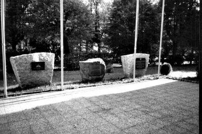 Umístění ve společnosti dalších pamětních desek v areálu Dolních kasáren v Liberci.