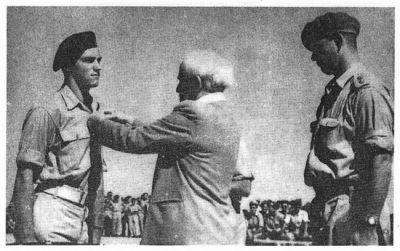 Kurt Lanzer, hrdina bojů v poušti Negev, přebírá vyznamenání z rukou Davida Ben Guriona.