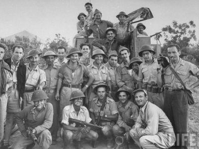 Ukazuje úžasnou proměnu. Takto vypadala Hagana v červnu 1948 - už vyzbrojená našimi zbraněmi.