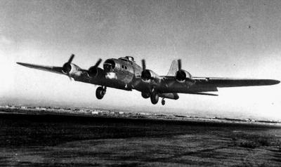 Izraelský letoun B-17 při přistávacím manévru letišti Ekron