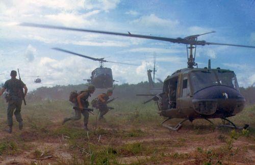 Bell UH-1D Iroquois ve Vietnamu na fotografii z roku 1966