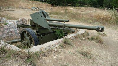 105 mm houfnice vz.18/40N v palebném postavení – muzejní exponát