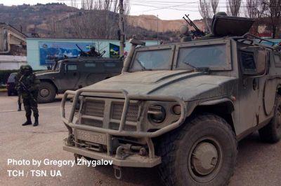 Ruská technika a výsadkáři blokující kasárna ukrajinské námořní pěchoty u Sevastopolu