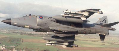 Britský letoun Sea Harrier se dvěma 30mm kanony ADEN pod trupem