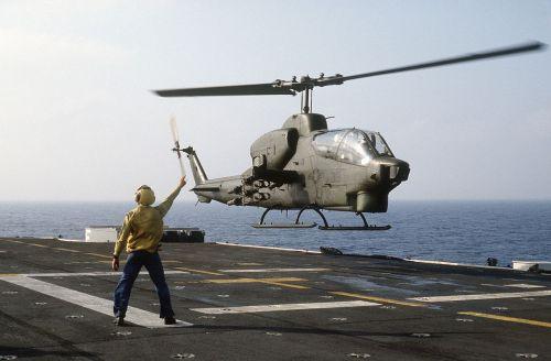 AH-1T Sea Cobra při startu z paluby výsadkové lodi USS Iwo Jima