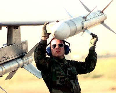 Zavěšování střely AIM-120A AMRAAM