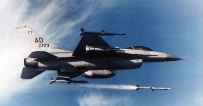 Odpálení AIM-120A AMRAAM z letounu F-16