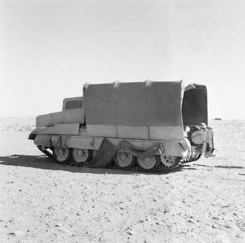Cruiser Tank Mk.VI Crusader III kamuflovaný jako nákladní vůz