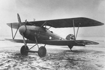 Srpen 1916: Německá stíhací letadla Albatros D.I se dvěma synchronizovanými kulomety Spandau MG 08 opět zvrátila situaci ve vzduchu