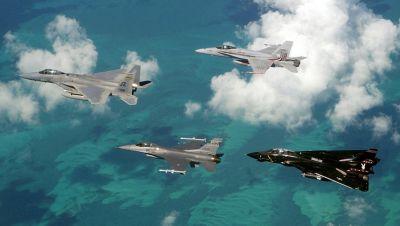 Slavná čtveřice amerických stíhačů 80. let: v čele formace F-15 Eagle, za ním F-16 Fighting Falcon a F/A-18 Hornet, formaci uzavírá F-14 Tomcat