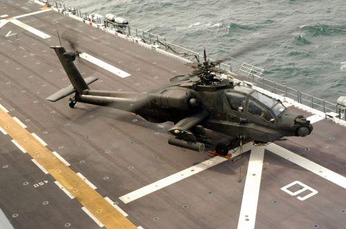 Americký AH-64A na palubě lodi USS Nassau