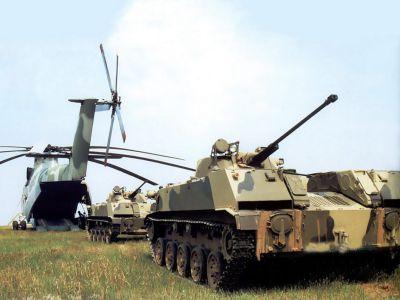 Obrněnce BMD-2 vjíždějí do těžkého dopravního vrtulníku Mi-26