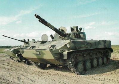 Soudobé bojové vozidlo výsadku BMD-4, za ním starší typ BMD-2