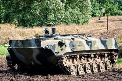 Výsadkový obrněný transportér BTR-D se vyznačuje prodlouženou korbou