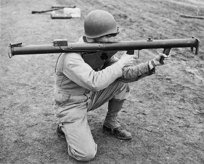 Americký odpalovač raketových střel M1, známý pod přezdívkou Bazooka