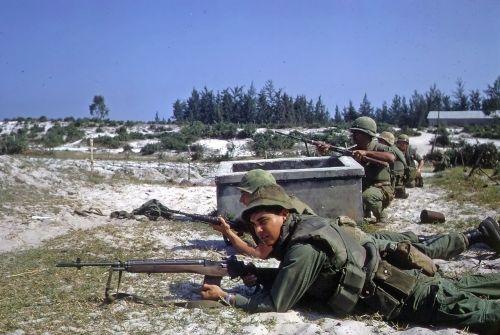 Bitva o Hamo Village během ofenzívy Tet za války ve Vietnamu. Americké námořnictvo a ARVN jednotky na pozicích čekající na nepřítele s nabitými M14.