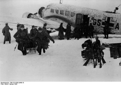 unkers Ju 52/3m zásobuje obklíčené jednotky v tzv. Děmjanské kapse