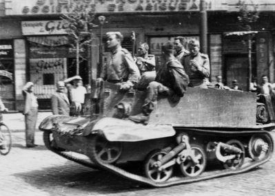 Sovětští vojáci na lehkém transportéru Universal Carrier v ulicích Bukurešti
