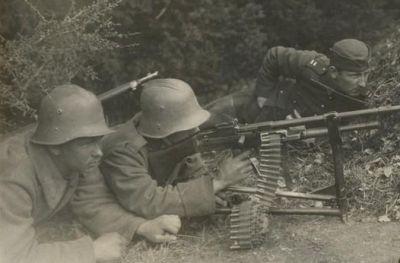 Českoslovenští vojáci s kulometem Darne vz. 22 při výcviku