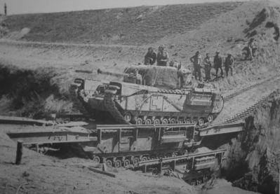 Překonání příkopu mostním tankem Churchill ARK