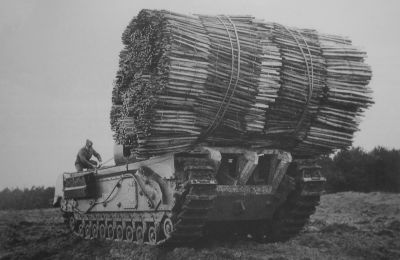 Tank Churchill s nosičem dřevěných hatí Fascine