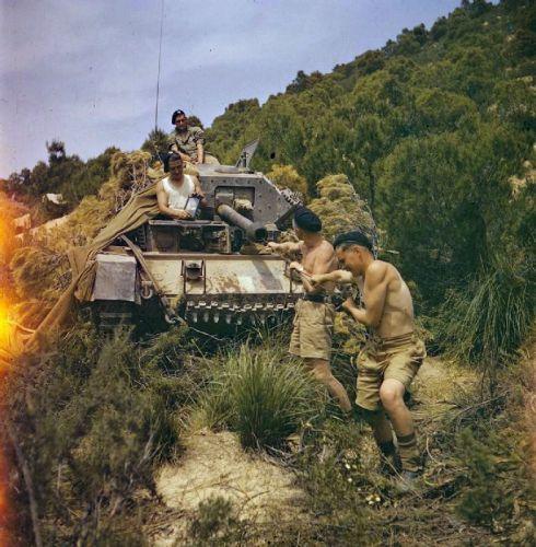 Čištění hlavně tanku Cruiser Tank Mk.VI Crusader III na bojišti v Tunisku