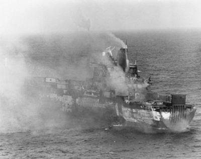 Nákladní loď Atlantic Conveyor hořící po zásahu 25. května 1982