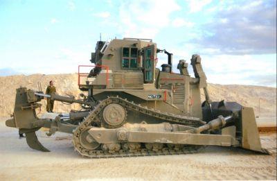Boční pohled na pancéřovaný buldozer Caterpillar D9L