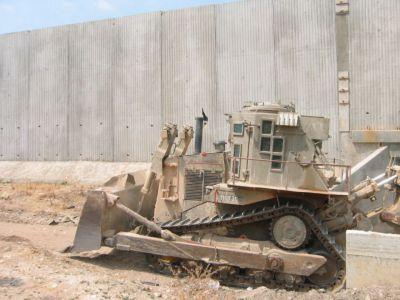 """Obrněný Caterpillar D9N u známé """"izraelsko-palestinské zdi"""""""