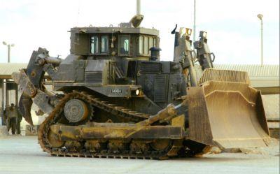 Buldozer Caterpillar D9R s patrnými známkami opotřebení