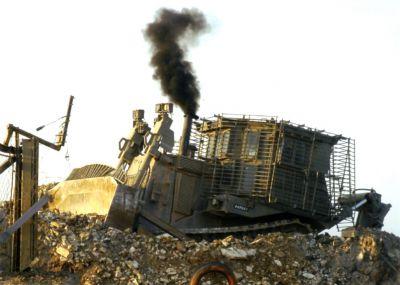 Obrněný buldozer Caterpillar D9R při bojovém nasazení
