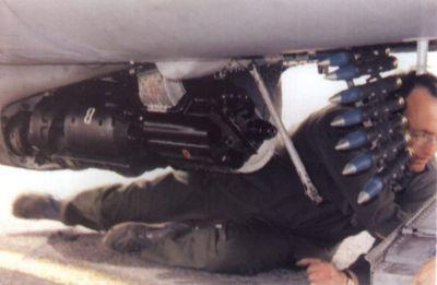 Nabíjení francouzského kanonu DEFA 553 v letounu Alpha Jet