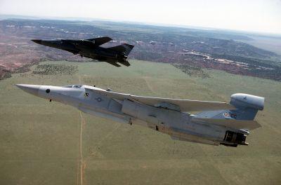 EF-111A (v popředí) a F-111F (v pozadí) za letu