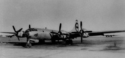 """Bombardér B-29 Superfortress pojmenovaný Enola Gay shodil atomovou bombu zvanou """"Little Boy"""" na Hirošimu"""