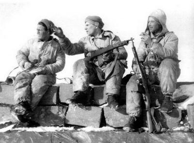 Finští vojáci s ukořistěnými automatickými puškami Fjodorov