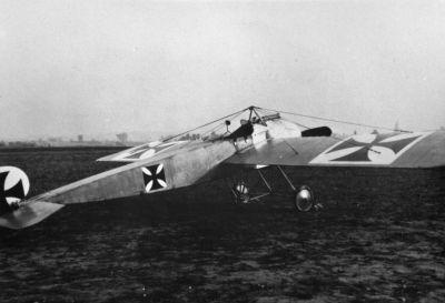 Červen 1915: Fokker E.I byl prvním stíhacím letounem se synchronizátorem a způsobil mezi letectvy Dohody skutečnou pohromu