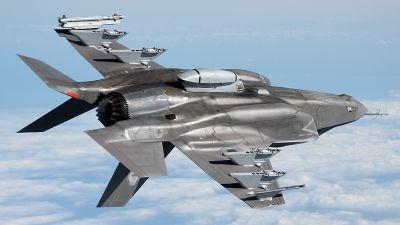 Letoun F-35B Lightning II s pouzdrem s 25mm kanonem GAU-22/A