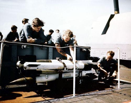 Ilustrační foto s raketami HVAR na letadlové lodi