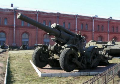 Pozdější verze 203mm houfnice zvaná B-4M měla kolový podvozek