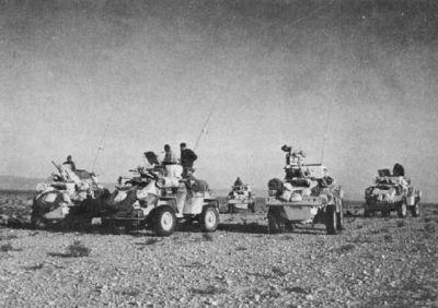Britská vozidla Humber Armoured Car kdesi v africké poušti