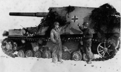 Členové osádky vozidla Hummel u svého obrněnce na východní frontě
